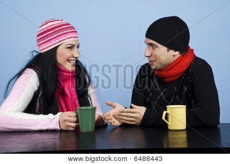 Conversación de la pareja y reír juntos