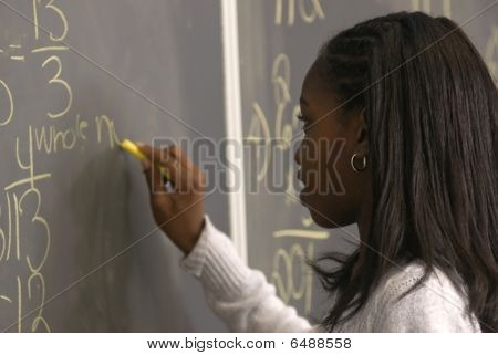 Student schriftlich Math Problem auf chalkborad