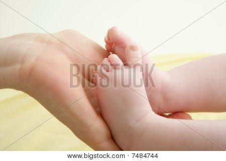 Baby Fuß in Mutter Händen spielen