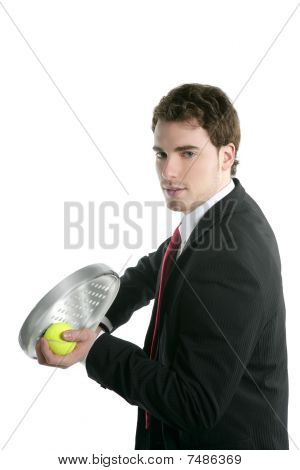 Traje de corbata empresario sosteniendo la raqueta de Tenis Padel