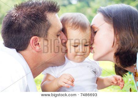 pais felizes beijos bebê