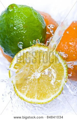 Water splashing down on citrus fruit