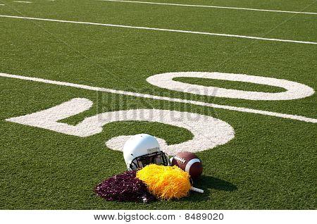 American Football Ausrüstung und Pom-Poms auf Feld