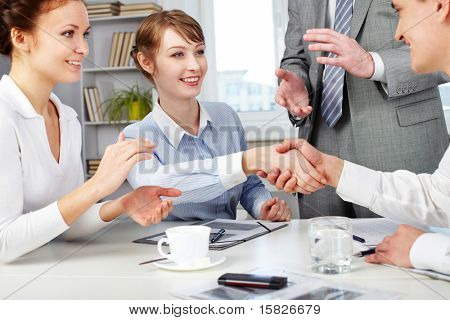Imagem de parceiros de negócios, fazendo um acordo com mulher batendo palmas de suas mãos perto por