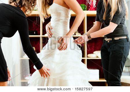 Braut im Shop Kleidung für Hochzeit Kleider; Sie ist die Wahl, dass ein Kleid und dem Designer assistin sind