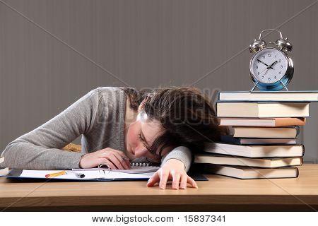 Estudante adormece fazendo lição de casa tarde da noite