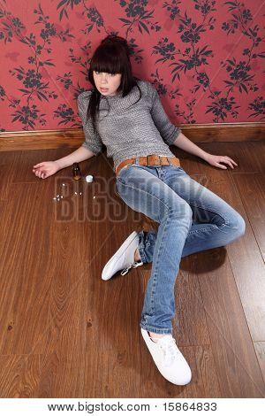 Tentativa de suicídio da jovem deitada no chão