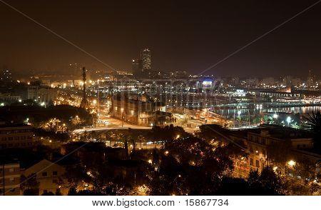 Panorámica nocturna de la ciudad de Barcelona España