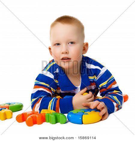 Kleiner Junge mit Farbe Spielzeug auf weiß