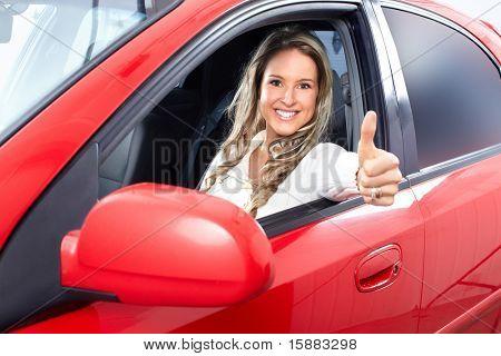 Lächelnde junge hübsche Frau im Auto