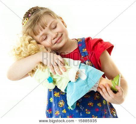 Uma menina com uma boneca