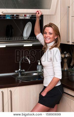 Mulher no Interior da cozinha.