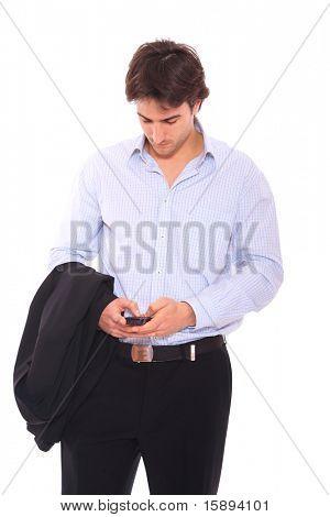 junger Geschäftsmann Schreiben einer Sms auf Handy