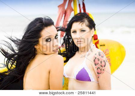 zwei weibliche Surfer