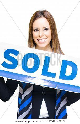 Real Estate Agent holding verkauft Zeichen