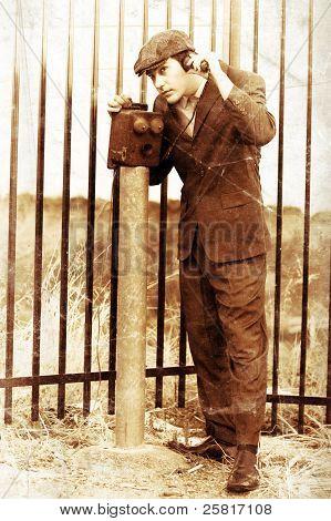 Cavalheiro dias olden comunicando na caixa telefone