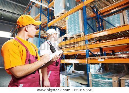 hombre de dos jóvenes en uniforme frente a almacén estante arreglo stillages