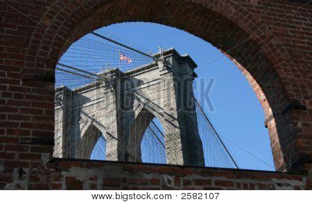 Puente de Brooklyn a través de arco