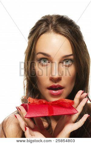 mulher bonita com os olhos bem abertos segurando vermelho presente