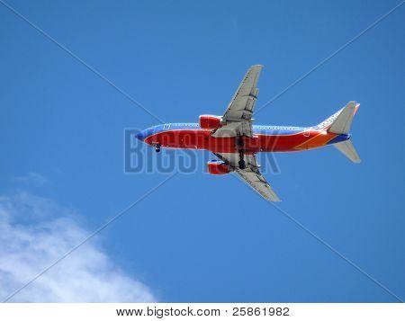 Südwest Flugzeug fliegt overhead mit Rädern fallen gelassen, da er legt auf land