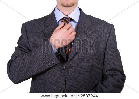 Verlegenheit isoliert kaufmann seine Krawatte mit