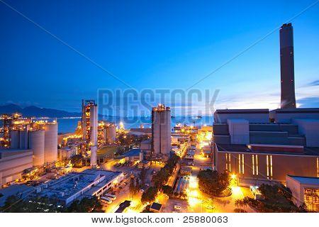 Central eléctrica de carbón y noche azul cielo