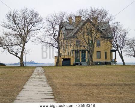 Barracks Home On Bay