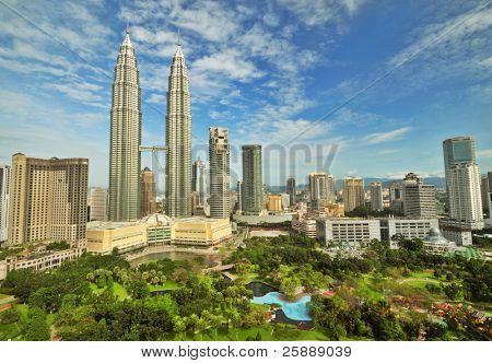 Petronas Twin Towers na Malásia em dia ensolarado de Verão. Bela vista urbana