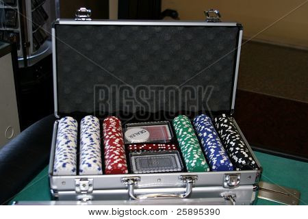a brief case contains all the makings for a good game of poker with chips, cards and other thinks to make the game fun