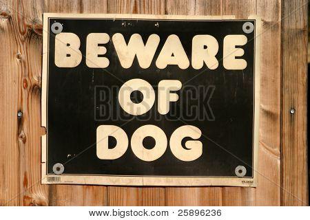Hüten Sie sich vor Hund Zeichen an einem Zaun