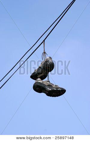 zapatos tenis caída de cables de la línea, marcando territorio de pandillas en los Ángeles