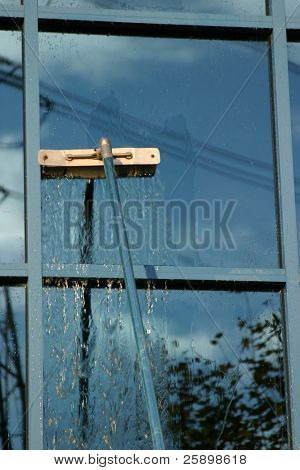 Fenster waschen mit entsalztem Wasser und Erweiterung polig. um einen freien Platz zu waschen und spülen!