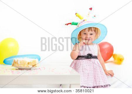 kleines Mädchen hier zweiten Geburtstag feiern