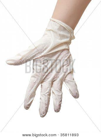 Las manos de un médico en un guantes estériles y gotas de agua