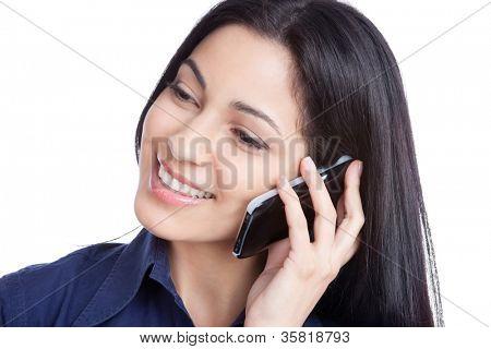 Porträt der jungen Frau sprechen auf smart Phone isoliert auf weißem Hintergrund.