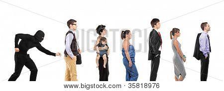 wartenden ein Que und ein Taschendieb versucht, eine Brieftasche, die isoliert auf weißem Hintergrund zu stehlen