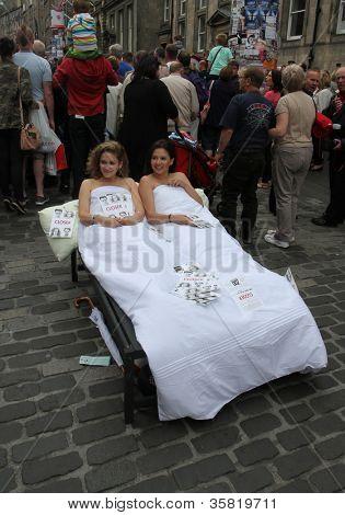 Edimburgo-11 de agosto: Los miembros de la compañía de teatro Rush conocer su espectáculo más cerca durante Edimburgo F