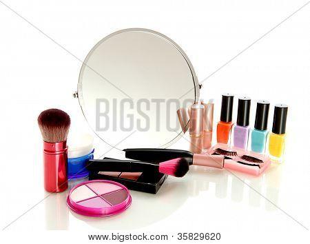 cosméticos cerca de espejo aislado en blanco