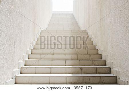 lange Treppe mit vielen Schritten