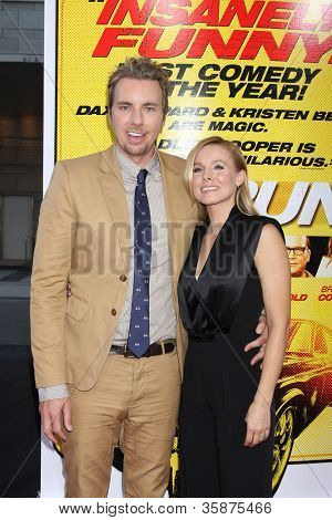 "LOS ANGELES - 14 de ago: Kristen Bell, Dax Shepard chega a Los Angeles de ""Hit & Run"" estréia no"