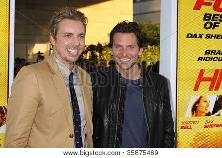 """LOS ANGELES - 14 de ago: Dax Shepard, Bradley Cooper chega a Premiere de Los Angeles """"Hit & executar"""" um"""