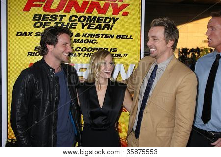 "LOS ANGELES - 14 de ago: Bradley Cooper, Kristen Bell, Dax Shepard chega a ""Hit & Run"" Los Ange"