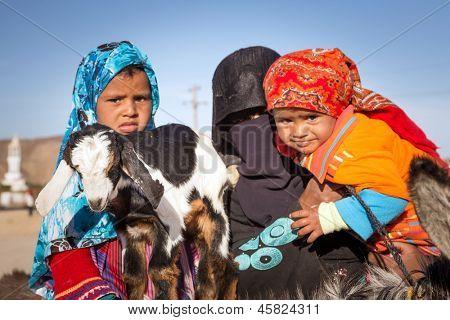 HURGHADA, Ägypten - APR 10: Unidentified arabischen Familie mit Ziege und Esel auf den lokalen Bus Station n