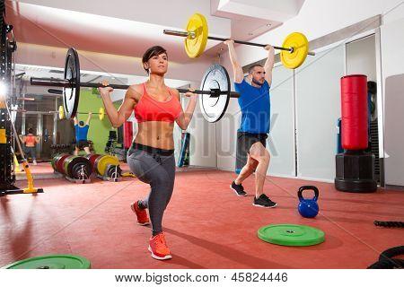 Barra de musculação CrossFit fitness ginásio pelo treino de grupo de homens e mulheres