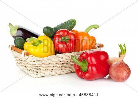 Legumes frescos e maduros. Isolado no fundo branco