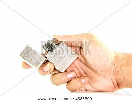 Classic plata gasolina encendedor en la mano del hombre