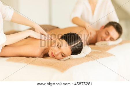 Bild des Paares in getting Massage Spa-salon