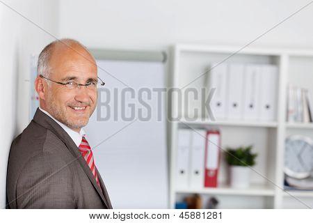 L�chelnder Mann In Seinem B�ro