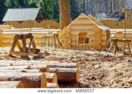 Construction plaschadka processing and assembly log cabins houses made of round timber with the bott