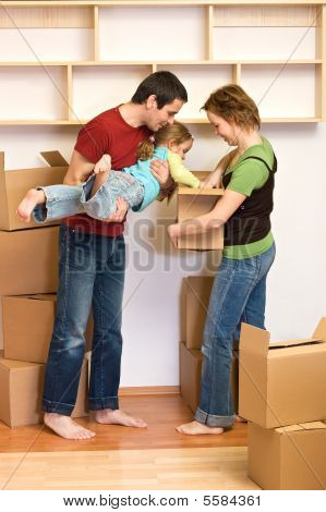 Pareja feliz en su nuevo concepto de hogar